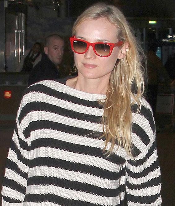 Diane Kruger usa Ray-Ban Wayfarer vermelho