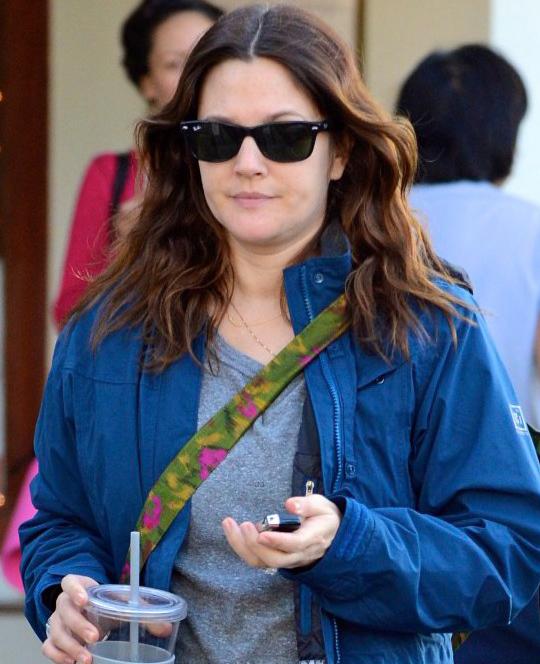 Drew Barrymore usa óculos Ray-Ban Wayfarer