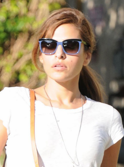 Eva Mendes usa óculos quadrado bicolor