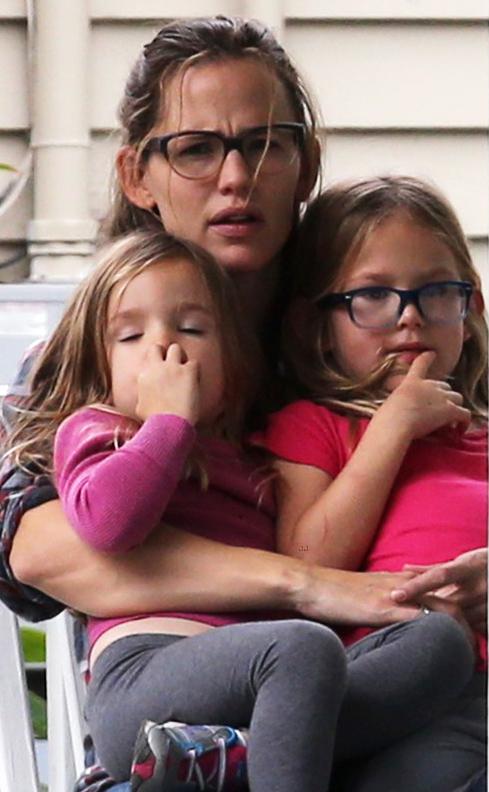Jennifer Garner e filha usam óculos de grau