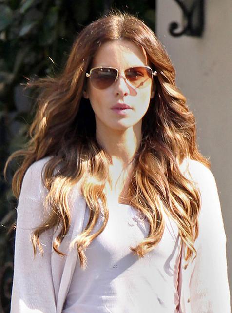 Kate Beckinsale usa óculos aviador