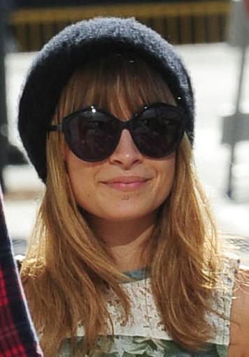 Nicole Richie usa óculos redondo para passear