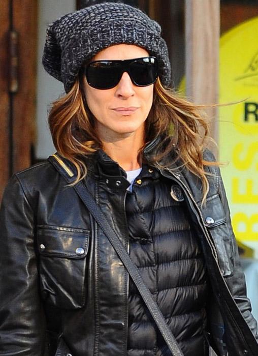 Sarah Jessica Parker usa óculos estilo máscara