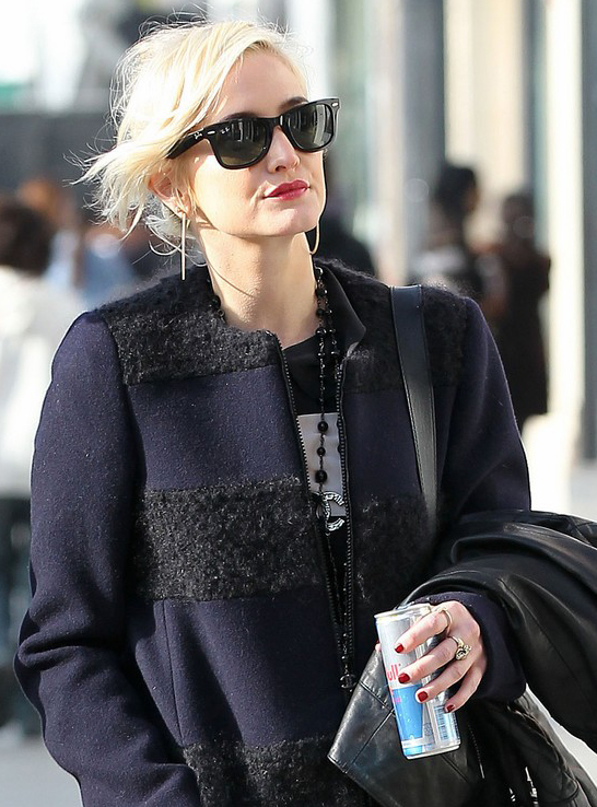 Ashlee Simpson usa Ray-Ban Wayfarer
