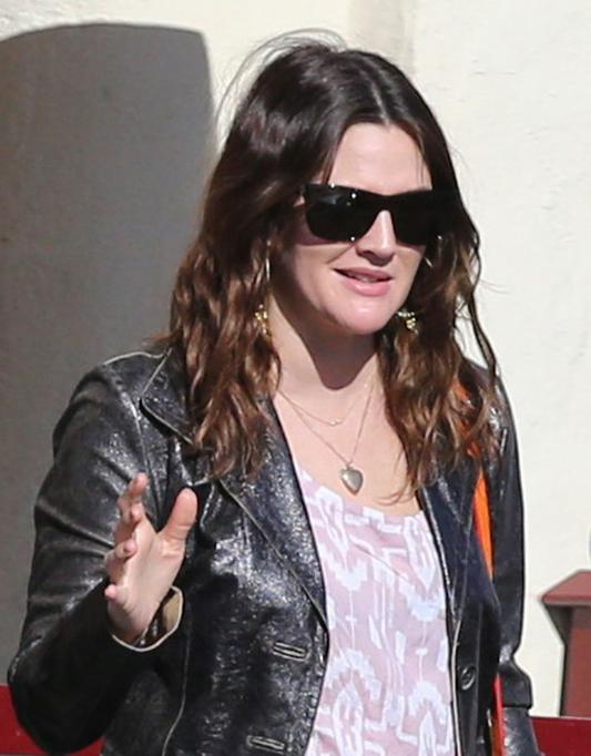 Drew Barrymore usa óculos quadrado de armação preta