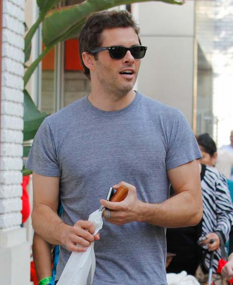 James Marsden usa óculos Ray-Ban Wayfarer