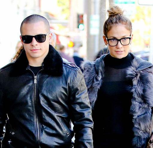 Jennifer Lopez passeia com o namorado de óculos de grau