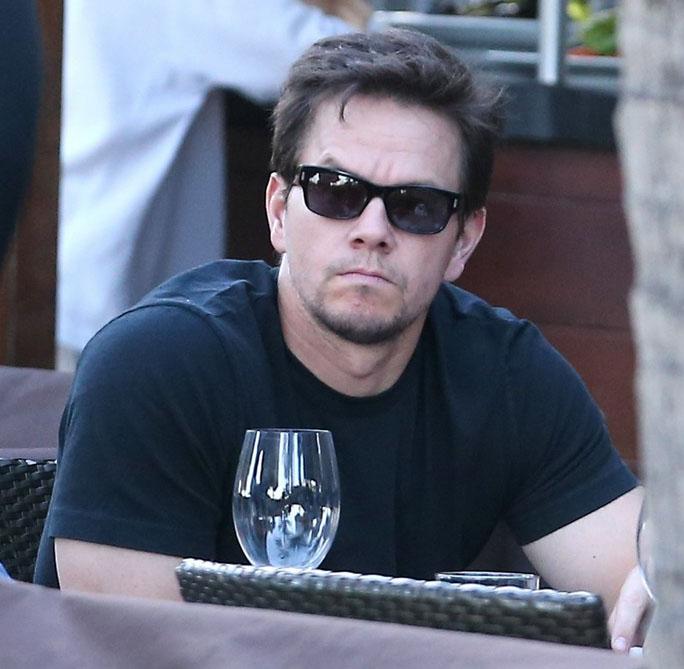 Mark Wahlberg usa óculos escuros para passear