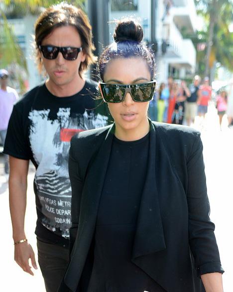 Kim Kardashian usa óculos máscara para passear