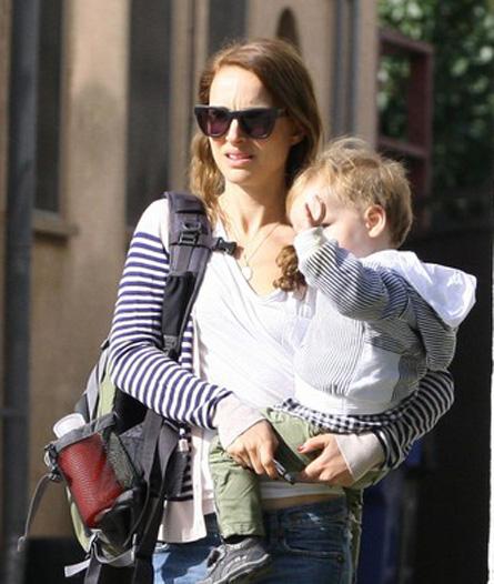 Natalie Portman usa óculos de sol para passear com filho
