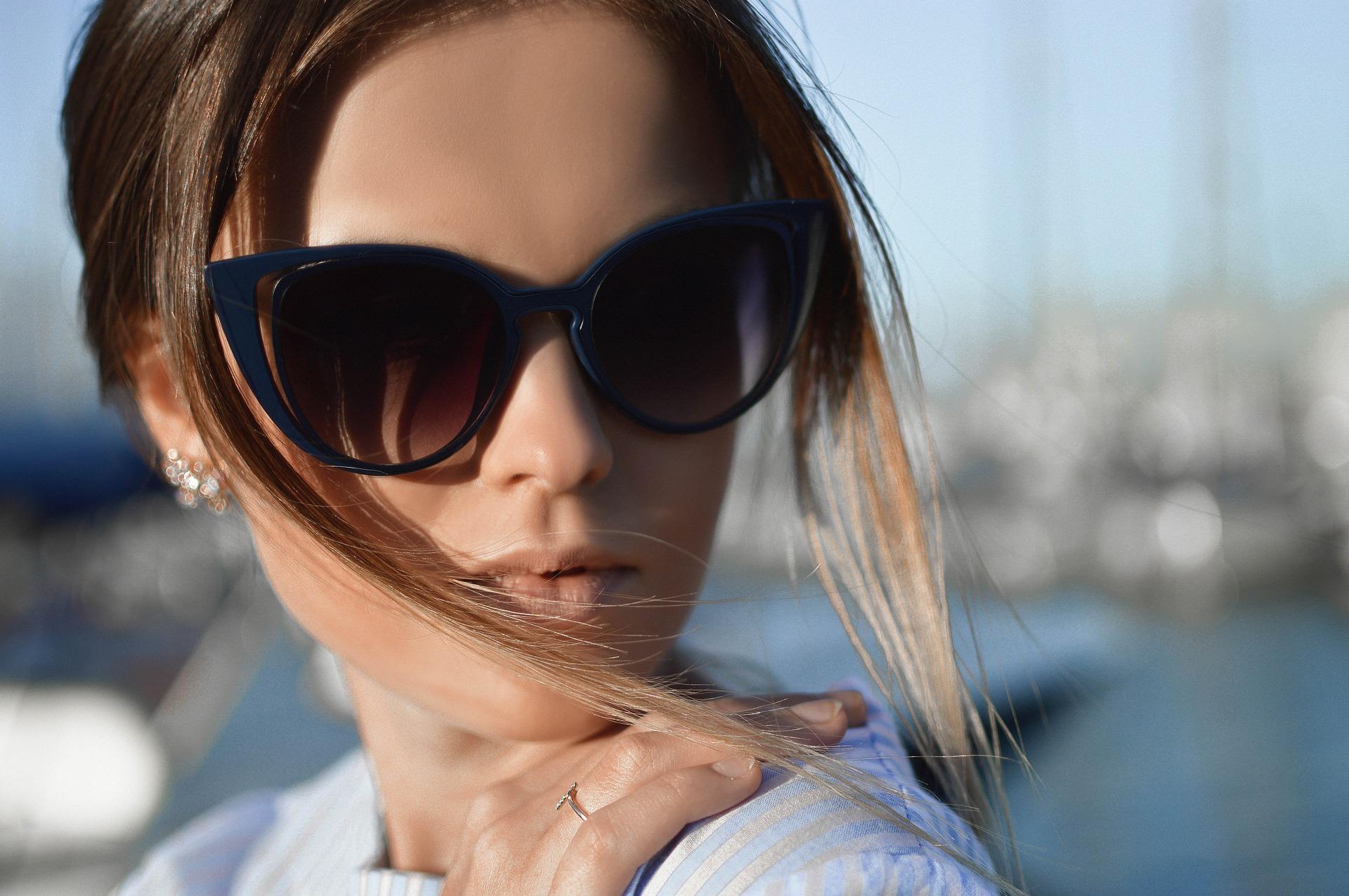 Óculos gatinho  o modelo de armação da moda que virou clássico b337b19ce1