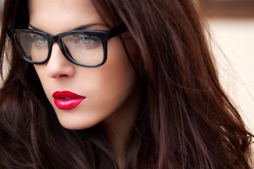 óculos e batom vermelho