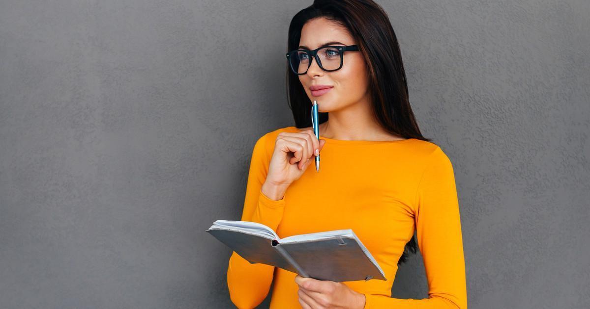 mulher usando óculos de grau