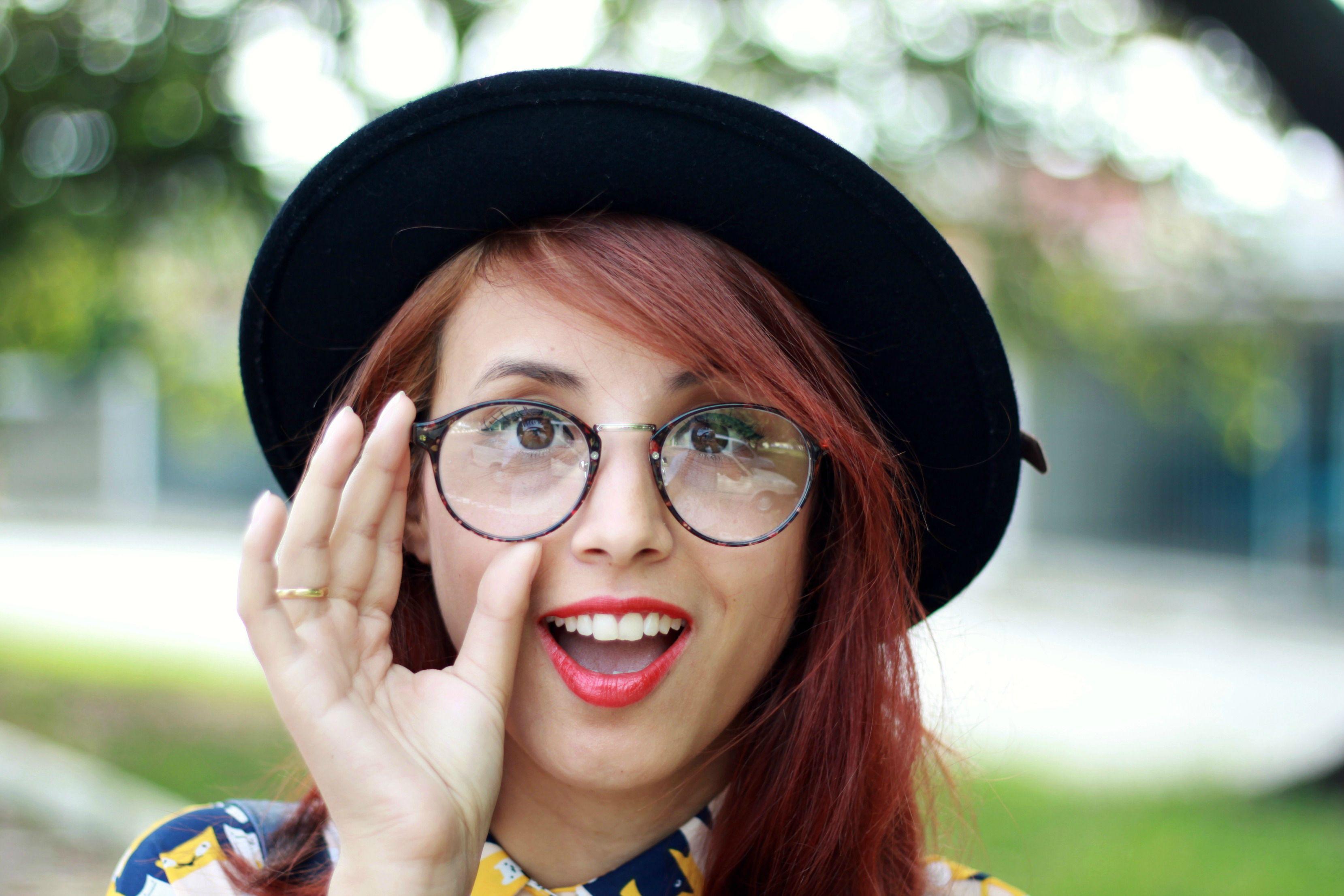 óculos e batom
